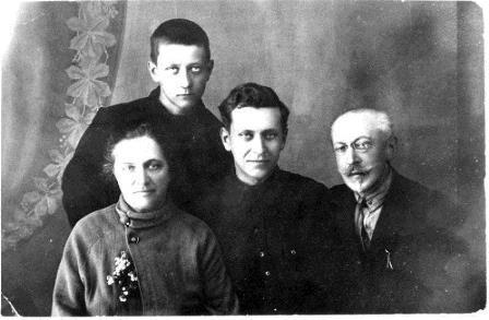 1929-god.-Lihachevy.-Dmitrij-v-tsentre
