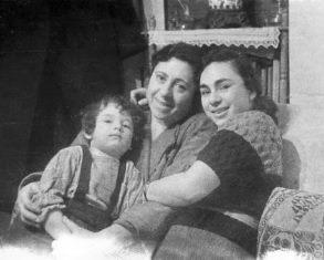 Люся Улицкая с мамой и бабушкой-1